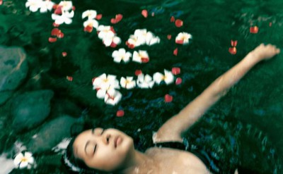 44165342-H1-floating_with_flowers