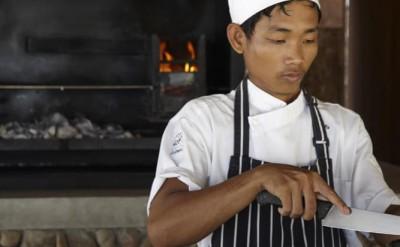Khmer chef at driftwood bar_1137
