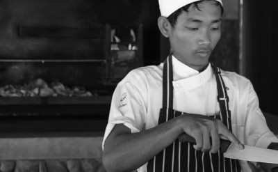 Khmer chef at driftwood bar_1137BW