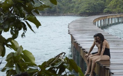 guest couple sittting in the rain on the bridge to Koh Bong_0467