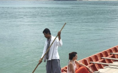 guest in local boat with hotel staff_1217