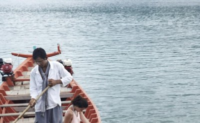 guest in local boat with hotel staff_1283