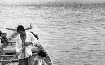 guest in local boat with hotel staff_1283BW