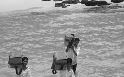 hotel staff packing up after picnic_9557BW