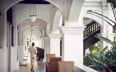 Hi_RHS_47595308_Raffles_Hotel_Singapore_-_Raffles_Butler_walking
